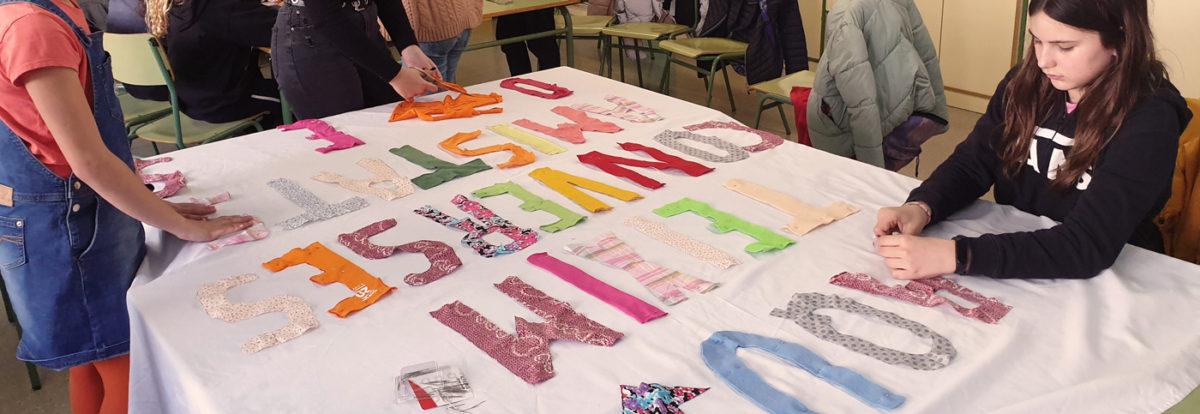 Planchando las letras en la pancarta