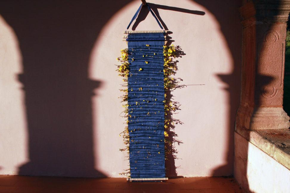 Telar de cintura con trama de flores de retama
